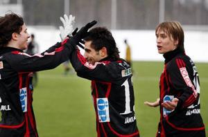 Duktige mittbacken Tim Andersson trycker in 2–0 efter frispark.Målglädje i ÖFK efter Alan Al-Kadhis 3–0-mål. Ghassan Talozi och Jacob Widgren grattar.