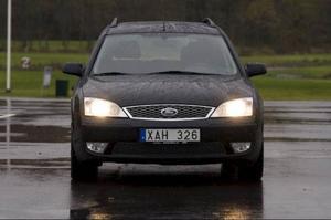 Ford Mondeos instegsversion kallas Ambient. Testbilen, med tilläggsnamnet Steel, är extrautrustad med till exempel klimatanläggning och större fälgar. Antisladdsystem är standard sedan 2005.Foto: Tomas Hägg
