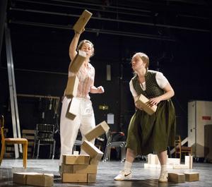 Ett samhällsbygge med klossar. Anna Bontha och Erika Lindqvist bygger och raserar samhällen och relationer i dansföreställningen Fosterland.