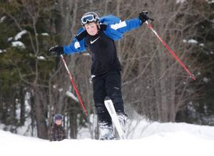Sportlovet i Strömsund bjöd på extra möjligheter till aktiviteter. Här flyger Niklas Johansson, 12 år, fram i slalombacken.