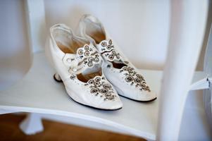 Skorna kan ha använts som bröllopsskor på 1930-talet och är en gåva från en bekant.