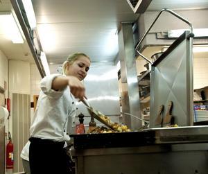 Skolkök i Köping ena veckan, skolkök i Washington den andra. Evelina Bravenius är uttagen tillsammans med fyra andra kockar för att sprida kunskaper om nordisk matkultur.