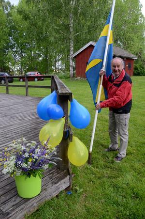 Yngve Sundell, som inte längre orkar dansa som förr, men väl pynta dansbanan med rejält stora svenska flaggor.