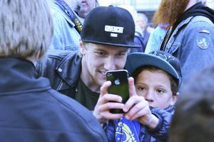 Emil Forsberg fick ta många bilder med unga fans.