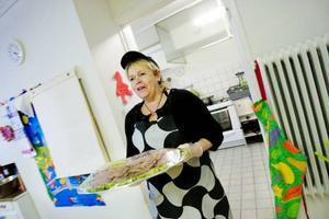 Mariana Sundin tog fram det ena fatet efter det andra med hemlagade rätter och fikabröd till drygt 60 personer som hade bokat in sig på kvällens tillställning. Foto: Ulrika Andersson
