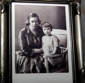 Ett fotografi på Dan Anderssons hustru Olga och deras dotter Monika.