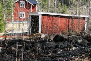 Trots att det brann runtom garaget på tre sidor lyckades man hindra att det blev övertänt.