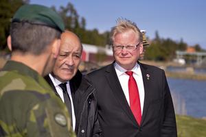 Försvarsminister Peter Hultqvist (S) och Frankrikes försvarsminister Jean-Yves Le Drian (t v) på Berga örlogsbas.