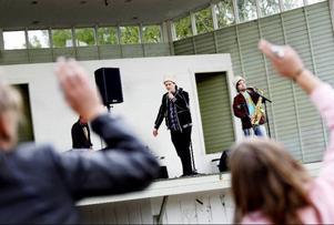 """P-Danjelsa fick publiken att """"stuffa"""" glatt, om än lite försynt, under gårdagens Kulturbuffé i Badhusparken."""