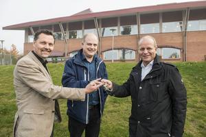 Moälvens Fastigheter och Skolors ordförande Thomas Nordberg och Broskolans rektor David Johansson tar över nycklarna till parken av säljaren Nicklas Nyberg.