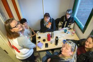 Undersköterskorna från Timrå är överens om att det är viktigt att lära sig mer. Vi kommer nog bli ganska jobbiga för vissa läkare.   Från vänster: Anette Hammarström, Eva Svensson, Harriet Ullmark, Annika Rundqvist, Carina Stenströmer, Ann-Sofie Lundgren.