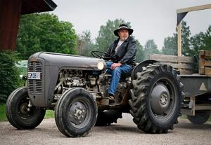 Alf Andersson är en av eldsjälarna i Hjälmarbygdens veterantraktorförening. Man behöver inte själv ha en traktor för att få vara med i föreningen, det enda kravet är ett intresse för traktorer.