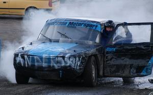 Rykande motorsport. Det gick hett till på Västerås Motor Stadion i lördags när det var folkrace och husvagnsrally. Just den här bilen fick funktionärerna kyla ner med brandsläckaren!