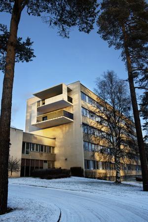 Fem våningar 1960-talsarkitektur ståtar i Backe.