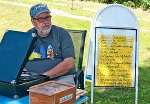 Idésprutan Börje Daniels med sin jukebox; en vevgrammofon och en lista med önskelåtar.