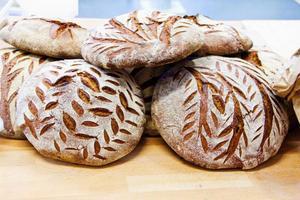 Brödet som bakas är gjort på vetemjöl från Norderön.