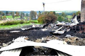 En av byggnaderna som brann ligger några hundra meter från den övriga gården. Mannen som bodde på gården hittades senare död.