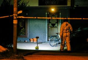 En av polisens tekniker undersöker mordplatsen på Emausgatan.