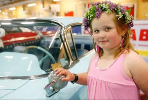 Olivia Schwartz, 8 år, från Tandsbyn gillar bilar och passade på att kola in utställningen i Sveg när hon besökte gammelfarmor Marianne i Älvros.– Det är verkligen kul att titta på de här fina bilarna, sa Olivia
