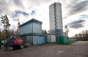 Ackumulatortanken, som lagrar hetvatten, är tornet som syns från riksvägen. Till vänster i bild står  byggnaden som hyser en elpanna.