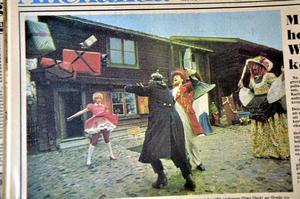 1972. Grevinnan (Kent Malmström) har beordrat polisen (Carl-Olof Steen) att bära hem hennes paket. Men tankspridda professorn (Peter Flack) ser inte upp utan springer rakt på polisen. Dockan (Anna Carlsson) bävar. Grevinnan är inte att leka med när hon blir arg. Foto: Håkan Ekebacke