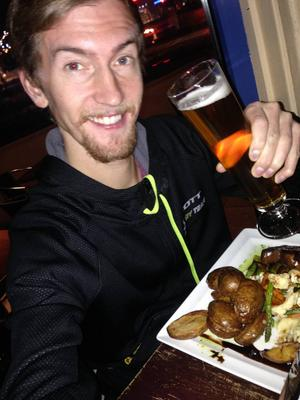 Elov firar loppet med middag och en öl på Brända Bocken.