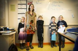 Lea Klemensson, Sandra Rikardsson, Theo Forsberg, Erik Davidsson och Oscar Cedernor berättar för klass 6 på Ås skola om