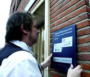 Björn Feltzin avslutade sin 40-åriga karriär inom Posten och Svensk kassaservice med att skruva ned skylten på Norra järnvägsgatan.