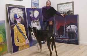 Tavlorna med en människa och en varg, båda med troféer efter jakt, är Gunilla Ellis favoriter. Hon tycker att de är humoristiska och har ett klart budskap. Alaskan huskyn Casper, ledarhund för sprintspann med arton hundar, följer varje spår Gunilla Ellis tar.