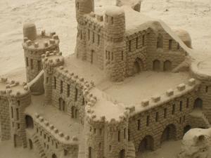En byggnad av sand på en strandpromenad i Gourdamar i Spanien i mars 2010. Foto: Jörgen Eklund