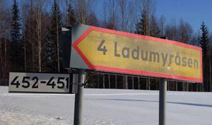 Det är en diskret skylt som visar vägen till Ladumyråsen.