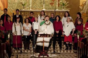 Roger Pontare gav julkonsert i Stora kyrkan i Östersund i går. Till sin hjälp hade han Motettkören. Tillsammans bjöd de på gemytlig julstämning.