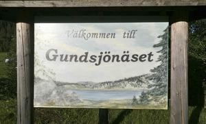 Välkommen skylt till Gundsjönäset som målats av Lillian Söderberg.