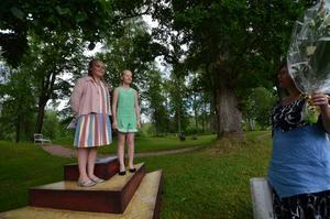 Dikter. Teaterbarnen i ensemblen tog emot besökarna med poesi, här Molly Vuotari och Sara Sandberg som läser dikt av Edith Södergran för Elin Sörman.