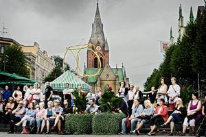 Medmännsklighet och folkligt stöd. Manifestationen mot utvisningen av Rim på Stortorget i Örebro lockade några hundra personer.