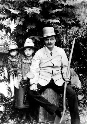 August Strindberg med spade tillsammans med sina döttrar Greta och Karin på ett självporträtt i schweiziska Gersau hösten 1886. Den som gräver efter hans rötter hittar bland annat en bondesläkt i Ångermanland.