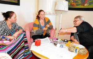 Stickar och babblar. Kristina Sundström, hennes syster Cecilia Sundström och Helena Ylitalo avbryter handarbetet för att titta på några bilder en stund. Gemenskapen har minst lika stor betydelse som själva hobbyn.