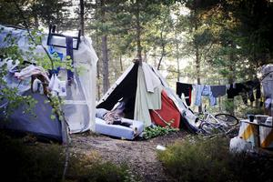 Lägret i Högdalen där EU-migranter från Rumänien bor i tält och kojor i skogen. Avhysningar av tiggare från deras boplatser ökar kraftigt. Men avhysningarna är bara en tillfällig lösning på problemet. Och det finns ingen politisk enighet kring hur frågan ska hanteras.