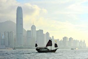 Vid Hongkong-sundet ser man ofta Hong Kongs sista djonk, som numera kör runt turister.