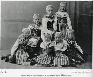 """Sju systrar, döttrar till en handelsman, från Hälsingland, står det under bilden hämtad ur boken """"Svenska rastyper"""", fast i engelsk version"""