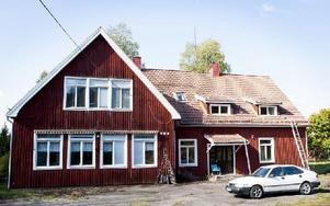 Ställbergs gamla skola skulle lämpa sig väl som boende för asylsökande, tycker Krzysztof Korzen och Halina Myslinska. Foto: Carl Lindblad/DT
