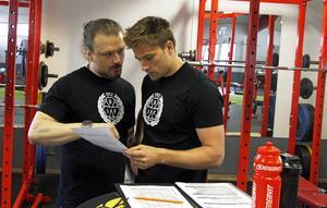 Brynäs fystränare Magnus Ågren instruerar Lukas Kilström i gymmet i Gavlerinken.