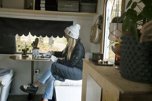 Matplats/kontor. Här kan Maria sköta pappersarbete, kontakt med kunder och webbshop. Krukorna kommer från Lantliv i Leksand.