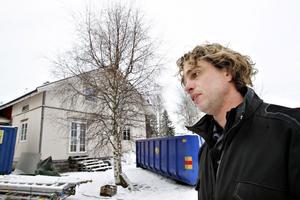 Arga snickaren Anders Öfvergård har många synpunkter på hur Järbofamiljen skött eller inte skött renoveringen.  I programmet som sänds på Kanal 5 senare i år tvingar han dem till förändringar och har synpunkter på både arbetstider, ekonomi och prioriteringar.