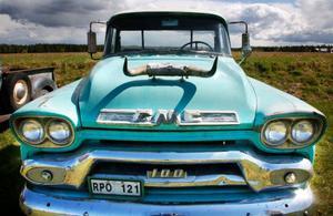 Som tagen från prärien, en pickup GMC –58 med horn på huven.