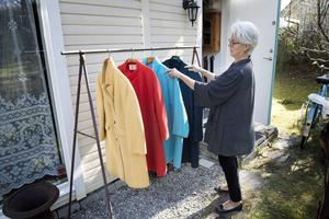 Häng ut dina vinterjackor- och kappor och vädra ut dem ordentligt innan du hänger in dem i garderoben för några månaders väntan på kylan.