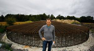 Tomas Ljungsberg vid uppförandet av vindkraftverket i Kullsta år 2012. Fotograf: Anders Sjöberg