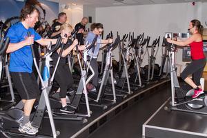 Indoor Walking är konditionsträning som heter duga. Christer Johansson håller i gång. Passet leds av Gisela Olsson, instruktör på Friskis&Svettis.