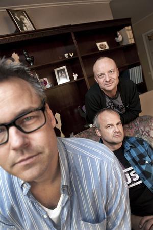 """Henrik Schyffert, Jonas Gardell och Johan Rheborg har skrivit manus till TV 4:s nya komediserie """"Allt faller"""". För regi står Henrik Schyffert och i serien spelar Gardell och Rheborg skruvade versioner av sig själva."""