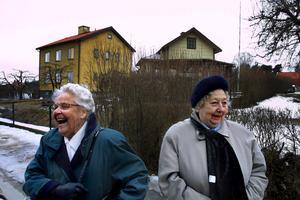 Minnen som lockar till skratt. Therese Widmark, till vänster, och Eivor Aronsson möttes efter 65 år på Malmaberg där de vallade kor när de var unga. Till höger i bakgrunden syns Eivors barndomshem. Huset intill, i hörnet Maskinistgatan/Gjutargatan, byggde hennes make på 1940-talet.